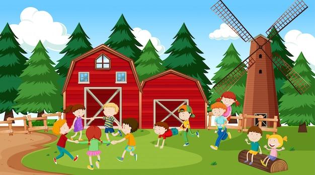 Aktive kinder, die szene im freien spielen