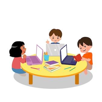 Aktivität der schularbeitsgruppe. grundschulkinder forschen gemeinsam für die heimarbeit zusammen mit laptop und büchern. jungen und mädchen diskutieren. wohnung lokalisiert auf weißem hintergrund.