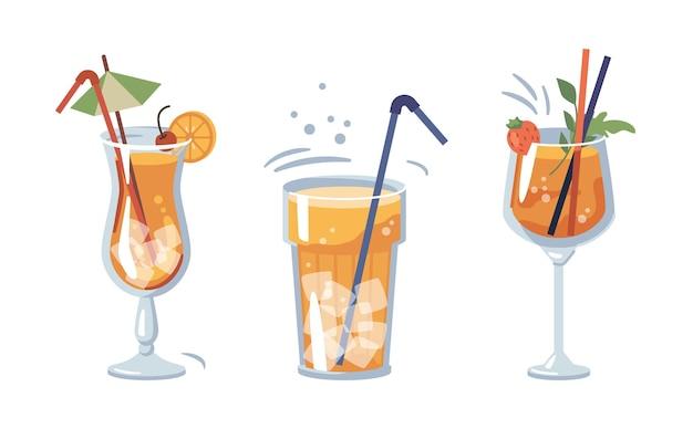 Alkoholische oder alkoholfreie getränke serviert mit eis und dekorativen strohhalmen und regenschirmen getränke mit