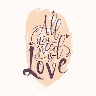 Alles, was sie brauchen, ist liebe romantische phrase oder zitat mit eleganter kursivschrift gegen rosa runden farbfleck o geschrieben