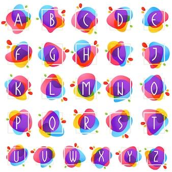 Alphabet im quadratischen rahmen am aquarellspritzenhintergrund. farbüberlagerungsstil. vektorschrift für etiketten, überschriften, poster, karten etc.