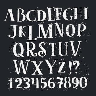 Alphabet und zahlen eingestellt. handschrift weiße buchstaben und zahlen vintage auf schwarz