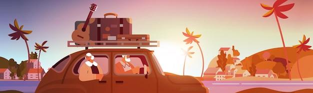 Alte familie, die im auto im wöchentlichen urlaub seniorenreisende fährt, die mit dem aktiven alterskonzept reisen, sonnenuntergang seelandschaft hintergrund horizontale vektorillustration