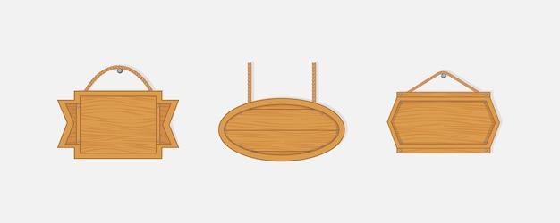 Alte westliche leere holzbretter. leere holzbretter mit nägeln für banner oder nachrichten, die an ketten oder seilen hängen.