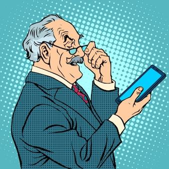 Alter mann gadgets neue tablette des älteren geschäftsmannes