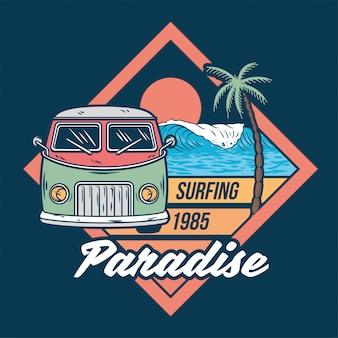 Altes oldtimer für das surfen im sommer beim reisen und leben an den paradiesischen stränden kaliforniens mit sonnenbrandung.