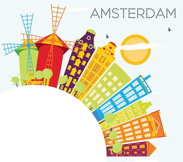 Amsterdam-skyline mit farbigen gebäuden, blauem himmel und textfreiraum