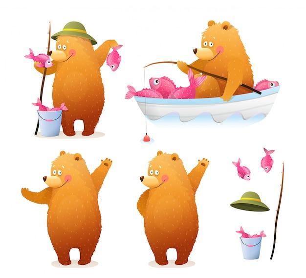 Amüsanter bärenfischer mit eimer fisch und rute, der im boot sitzt und mit fang steht. niedlicher babyjunge tragen aquarellartkarikatur für kinder. clipart illustration sammlung.