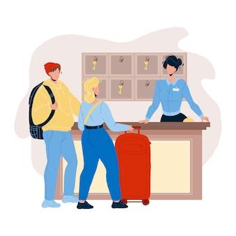 An der hotelrezeption, die gastpaar-vektor registriert. junger mann und frau touristen mit gepäck im gespräch mit der rezeptionistin an der motel-rezeption in der lobby. charaktere flache cartoon-illustration