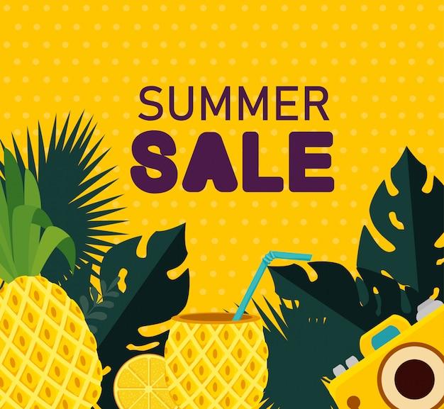 Ananas mit getränk und kamera mit tropischen blättern