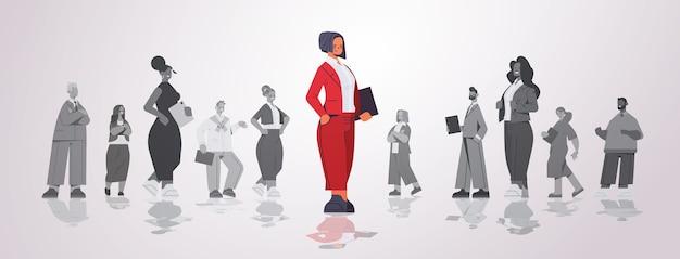 Anführerin der geschäftsfrau, die vor der horizontalen illustration des geschäftswettbewerbs der geschäftsleutegruppenführung steht