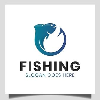 Angelhaken mit frischem fisch für fischer- oder angellogo-design, geschäftshaken-shop-logo
