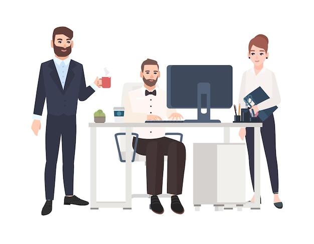 Angestellte oder kollegen, die zusammen zeit im büro verbringen, am computer arbeiten, kaffee trinken