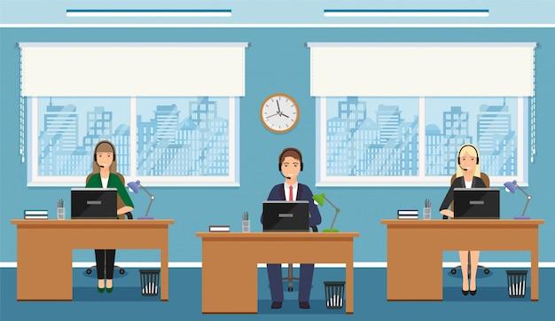Angestellter mit drei frauen des kundenkontaktcenters auf arbeitsplätzen im büro. arbeitssituation mit weiblichem hilfspersonal.