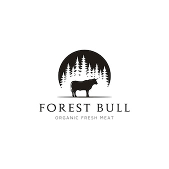 Angus-kuh-rinder-büffel-stier-silhouette am immergrünen kiefern-tannen-nadelbaum-wald