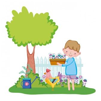 Anhebender houseplant des kleinen jungen mit zaun und hahn