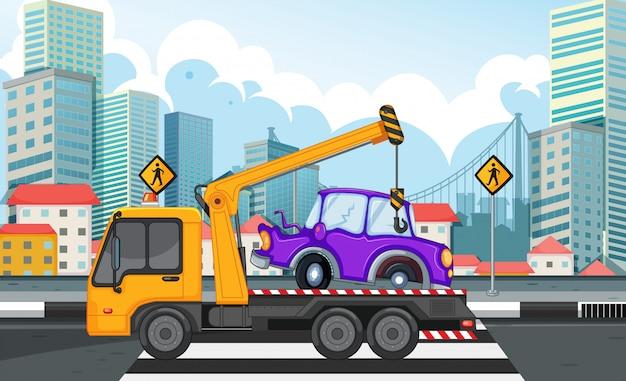 Anhebendes auto des abschleppwagens auf der straße