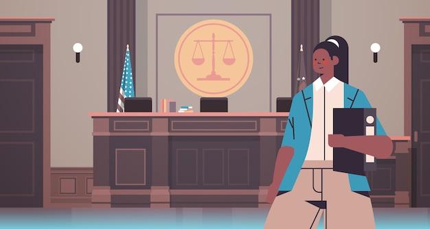 Anwältin mit richterbuch rechtsrechtsberatung gerechtigkeitskonzept gerichtsinnenporträt horizontale vektorillustration
