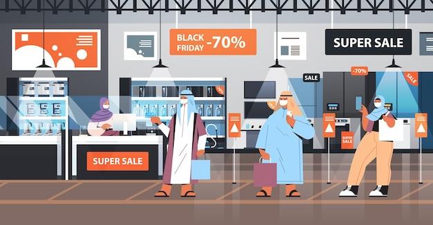 Araber in schutzmasken, die in der warteschlange stehen, um das quonantänekonzept des coronavirus der kasse am schwarzen freitag zu kaufen