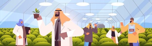 Arabische agraringenieure, die pflanzen im gewächshaus-landwirtschaftswissenschaftler erforschen intelligentes landwirtschaftskonzept horizontale porträtvektorillustration