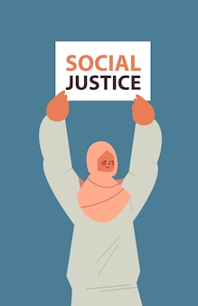 Arabische aktivistin hält stop rassismus poster rassengleichheit soziale gerechtigkeit stop diskriminierung konzept vertikales porträt