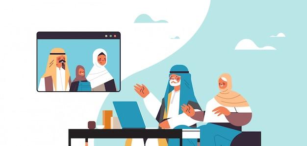 Arabische eltern und tochter haben virtuelles treffen mit großeltern während videoanruf familienchat kommunikationskonzept porträt horizontale illustration