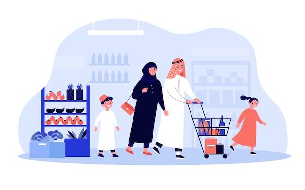 Arabische familie, die im lebensmittelgeschäft einkauft. glückliches paar im muslim mit zwei kindern in der muslimischen kleidung, die wagen entlang der supermarktgänge rollt. zum einkaufen, kaufen von lebensmitteln, arabisches menschenkonzept