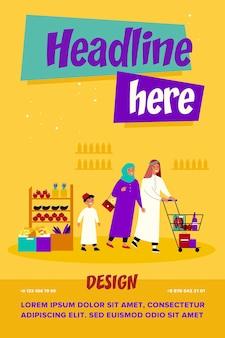 Arabische familie, die im lebensmittelgeschäft einkauft. glückliches paar im muslim mit zwei kindern in der muslimischen kleidung, die wagen entlang der supermarktgänge rollt