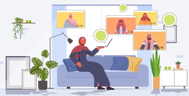 Arabische frau, die virtuelles treffen mit familienmitgliedern während des videoanruf-online-kommunikationskonzeptes wohnzimmerinnenraum horizontal hat