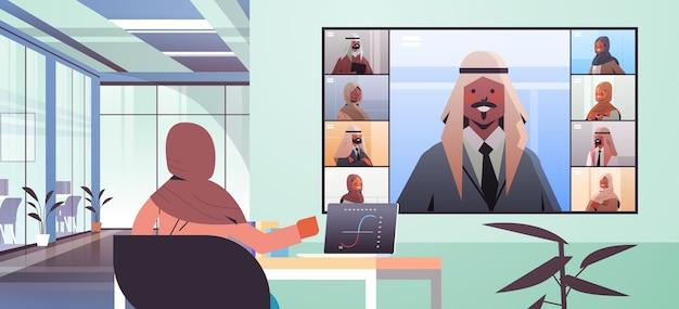Arabische geschäftsfrau am arbeitsplatz, die mit arabischen geschäftsleuten während der online-konferenzgeschäftsleute des unternehmens diskutiert, die horizontale illustration des innenmeporträts des virtuellen besprechungsbüros haben