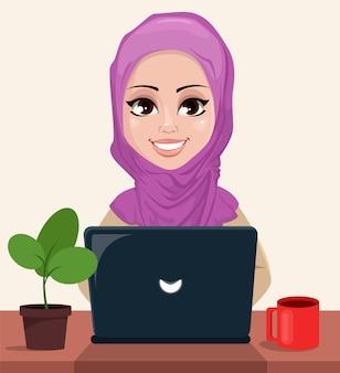 Arabische geschäftsfrau, die an einem laptop arbeitet