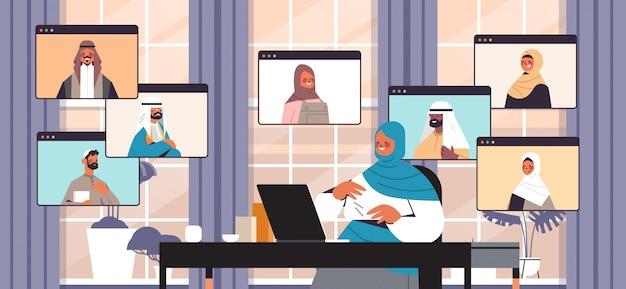 Arabische geschäftsfrau, die mit arabischen kollegen während videoanruf-geschäftsleuten plaudert, die online-konferenzbesprechungskommunikationskonzeptbüroinnen-horizontale porträtillustration haben