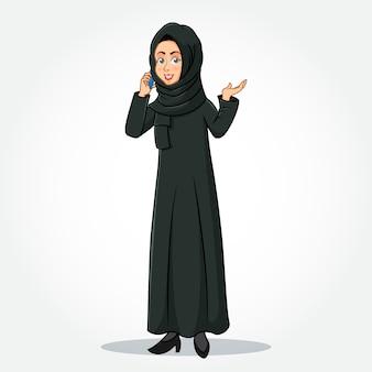 Arabische geschäftsfrau-karikaturfigur in traditioneller kleidung, die auf smartphone und gestikulierende hand spricht