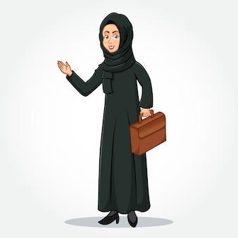 Arabische geschäftsfrau karikaturfigur in traditioneller kleidung, die eine aktentasche mit einladenden händen hält