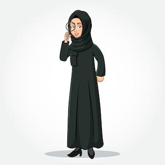 Arabische geschäftsfrau-karikaturfigur in traditioneller kleidung, die eine lupe hält