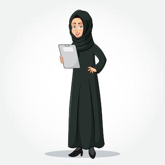 Arabische geschäftsfrau-karikaturfigur in traditioneller kleidung, die eine zwischenablage hält