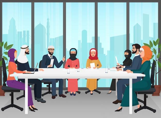 Arabische geschäftsleute, die modernen schreibtisch treffend sich besprechen