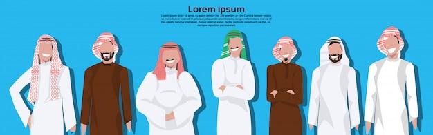 Arabische geschäftsleute, die traditionelle kleidung tragen