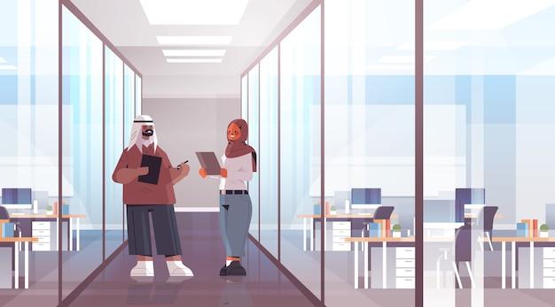 Arabische geschäftsleute, die während des treffens arabischer geschäftsleute diskutieren, die erfolgreich erfolgreiche teamarbeitskonzeptbüroinnenausstattung in voller länge zusammenarbeiten