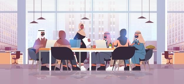 Arabische geschäftsleute gruppe diskutieren während der konferenzsitzung am runden tisch erfolgreiches teamarbeitskonzept modernes büroinnenraum horizontale illustration in voller länge