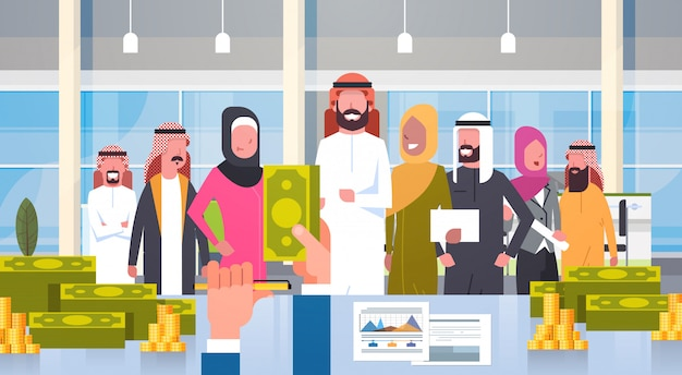 Arabische geschäftsleute gruppenleiter, der gehalt im dollar-chef hand hold money businesspeople muslim team gibt