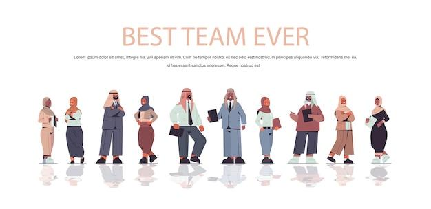 Arabische geschäftsleute in formeller kleidung, die zusammen erfolgreiches teamkonzept in voller länge kopie raumillustration stehen