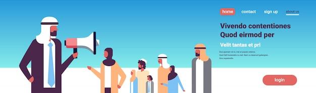 Arabische geschäftsmann spricht megaphon banner
