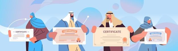 Arabische graduierte menschen mit zertifikaten arabische absolventen feiern akademisches diplom unternehmensbildungskonzept horizontale porträtvektorillustration