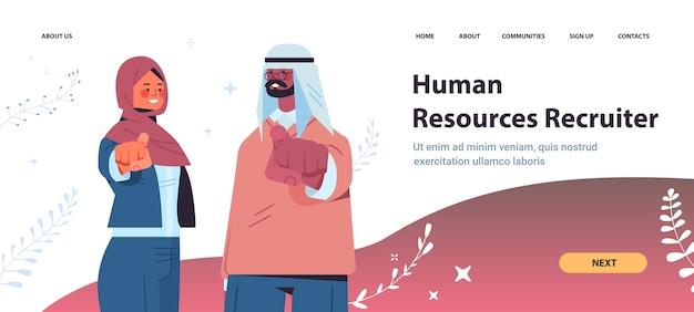 Arabische hr-manager, die glücklichen bewerber wählen, der finger auf kamera-vakanz zeigt offene rekrutierung personalkonzeptkopierraum horizontale porträtvektorillustration