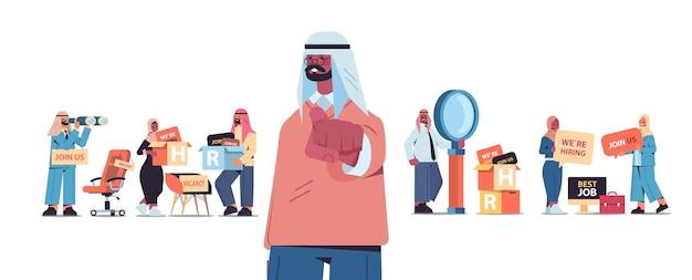 Arabische hr-manager, die glücklichen bewerber wählen, der finger auf kamera-vakanz zeigt, offenes rekrutierungspersonal-konzept horizontale vektorillustration