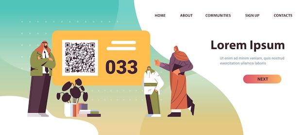 Arabische leute, die sich die nummerntafel im wartezimmer ansehen elektronisches warteschlangensystem-warteschlangenmanagement-kundenservicekonzept horizontale kopienraumvektorillustration in voller länge