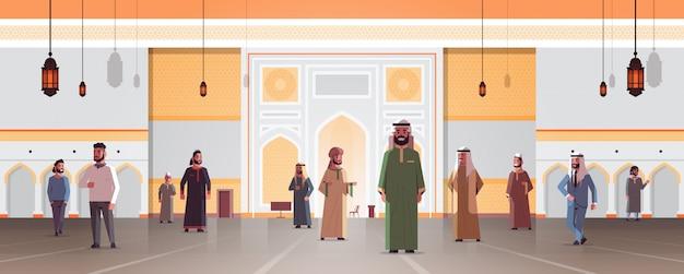 Arabische männer kommen zu nabawi moschee gebäude muslimische religion konzept arabische menschen in traditioneller kleidung ramadan kareem heiligen monat horizontale flache volle länge