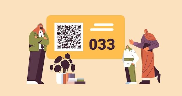 Arabische menschen, die sich die nummerntafel im wartezimmer ansehen, elektronisches warteschlangensystem für die warteschlangenverwaltung