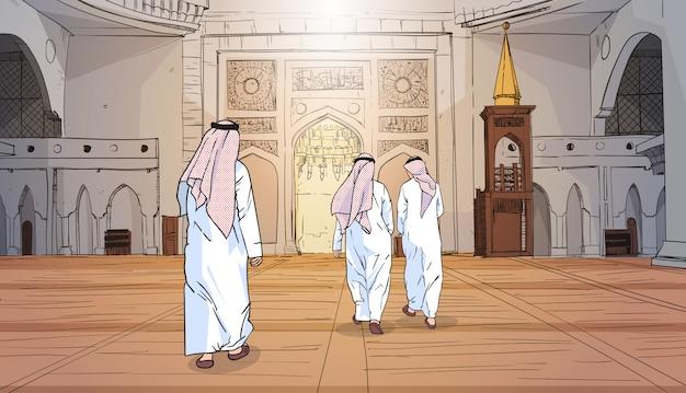 Arabische menschen kommen zur moschee, die moslemische religion errichtet ramadan kareem holy month